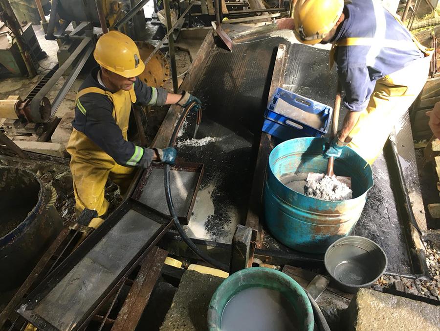 Mijnwerkers aan het werk in Fairmined goudmijn